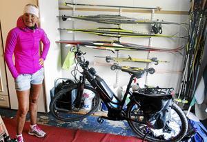 Maria visar belåtet upp den nyinköpta elcykeln. Den har ett lågt insteg som gör att Maria lätt kan sätta sig på cykeln även när ryggen värker.