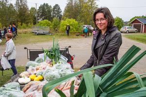 Sara Eriksson tycker att antalet besökare på Mickelsmäss i Delsbo ökade när duggregnet avtog.