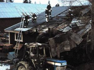 Verkstadsbyggnaden hos Thaléns i Lien fick omfattande skador. Bilden tagen vid 05-tiden på söndagsmorgonen när brandpersonalen fortfarande var på plats. Foto: Irmeli Thalén