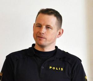 Björn Svanberg från Strömsundspolisen avlivade den skadade björnen: