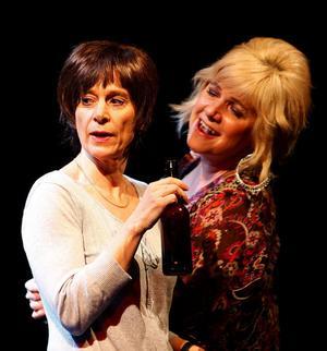 Britt-Marie (Gisela Nilsson) och Anna (Marie Therese Sarrazin) är kompisar och jobbar båda hos Gottegrisen AB.