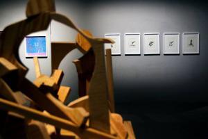En stor blandning av material och tekniker genomsyrar utställningen.