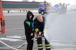 TESTADE. Räddningstjänsten lät barn prova på brandsprutan.