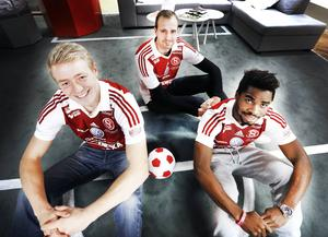 Här sitter tre av Sandvikens IF:s fyra nyförvärv – Olof Mård, Emil Oremo och John Junior Igbarumah. Mård är tillbaka i SIF efter sex allsvenska säsonger i Gefle IF:s tröja.