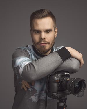 Andreas Varro är en örebrobaserad reklamfotograf .