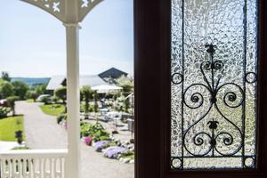 Från entrén ser man hela trädgården och de gamla glasdörrarna ger den rätta lantliga känslan.