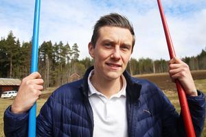 Joel Jansson hemma på gården i Forneby, spjuten är aldrig långt borta.