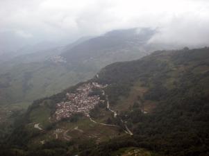 Utsikt från bergstoppen i Yuanyang uppe bland molnen