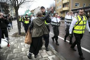 Situationen lite senare, när en polis kommer fram till kvinnan, bilden tagen av DT:s Lars Dafgård.