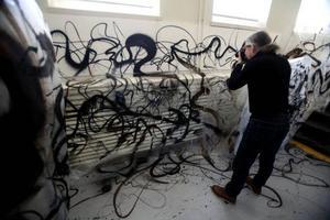 NUG är inte intresserad av att framträda på bild, redan i går passade fotografen Lennart Jonasson på att dokumentera den unika utställningen på Ahlbergshallen
