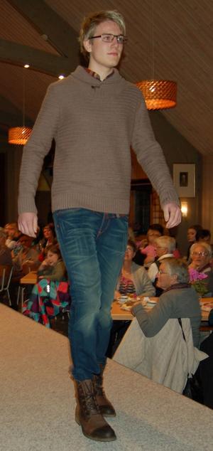 Byxorna nedstoppade i kängorna var en detalj som visades av Henrik Eklund.