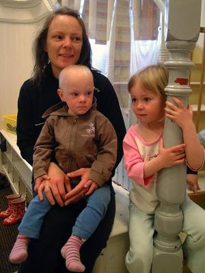 Isabell Grein i mamma Liselotts knä och tillsammans med storasyster Vendela som fyller fyra år i morgon, lördag.