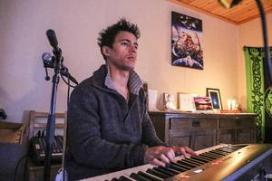 Musikartisten vid sitt elpiano i huset i Mittådalen. Det är här det händer. Bland annat.