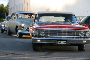 Ett pärband av bilar körde till Södra torget där de vände intill gamla skolan.
