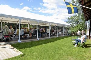Musik på Bryggan. Inte ett bord var tomt på bryggan vid Bagarstugan när det för tredje söndagen i rad bjöds på tre timmar med musikunderhållning. Foto Emilie Pless