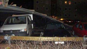 Taket landade på de bilar som stod längst ut vid vägen. Två bilar fick rejäla skador, tre-fyra stycken smärre skador. De övriga bilarna på parkerningen klarade sig helt.