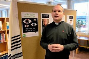 Engagerad. Jonas Ahlsson berättar om utställningen på Hallsbergs bibliotek i samband med Förintelsens minnesdag. Foto: Veronica Svensson