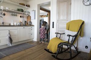 Köket är stort, ljust och i direkt anslutning till hallen där Majken vinkar av mamma när det är dags för jobb.