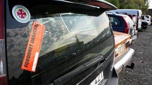 På bilar som tömts på vätskor och annat som är miljöfarligt klistras en dekal på, nästa steg är demontering.