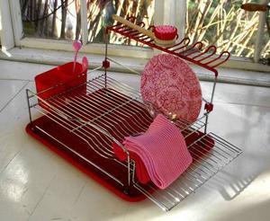 Äkta plast Ett diskställ i äkta plast med rätt retrokänsla, har både bestikkorg, glashylla och flyttbar hylla på sidan. Finns i rött eller vanilj, 395 kronor, broarne.se.