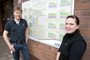 Lars Pettersson och Caroline Lindblom jobbar med att försöka få i gång fler än 30 procent av SSAB:s anställda Borlänge. Ett sätt är genom Hälsospåret som syns på tavlan bakom dem.