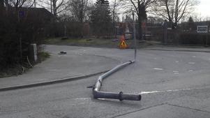 Stolpen gick i delar och blev liggande över vägen.