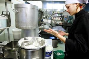 För Ulrika Östergren är         rätt hantering av livsmedel en självklarhet. Foto: Henrik Flygare