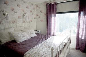 I Mys sovrum har hon utsikt över sjö och skog.