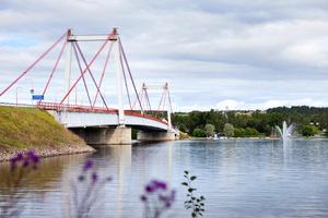 Strömsundsbron över Ströms Vattudal.  De omdiskuterade tomterna ligger på andra sidan det hitre brofästet. Arkivbild.