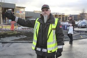 Janne Bergsmo, väktare, är anlitad för att hålla ordning på trafiksituationen i samband med premiären hos Netonnet.