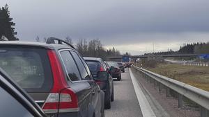 Även på E4 rullar trafiken långsamt, enligt rapporter till GD från platsen. Vid avfarten till Älvkarleby i södergående riktning är det stopp på grund av en trafikolycka, eller möjligtvis på grund av vägarbetet som pågår där.