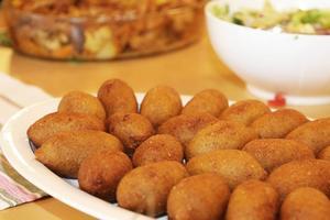 Syriska Kibbeh, stekta bulgurbullar fyllda med köttfärs.