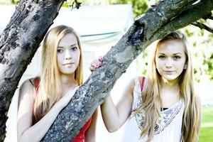 """BÄSTA VÄNNER. Nathalie, 18 år, och Amanda, 16 år, är bland de yngsta i familjen Björklunds syskonskara. """"Vi kommer alltid att hålla ihop, eller hur?"""", säger Amanda till sin syster."""