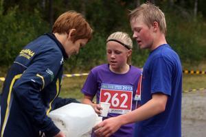 Det gick åt en hel del dryck till löparna som tagit sig i mål.Här ser vi bland annat Lovisa Olsson, Husum, med startnummer 262.