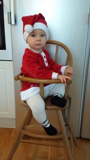 Tomtenissan Alice Dahlgren 1år firar Lucia på Gotland hos farmor och farfar.