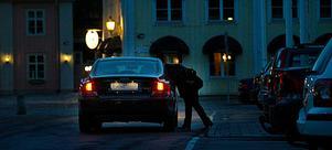 Det är främst på helgnätterna svarttaxin märks i Västerås. Här förhandlar en svarttaxi-chaufför med en tänkbar kund.