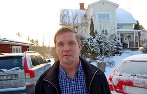 Här bor och arbetar Veli-Matti Heikkinen. Till vänster bakom honom syns en del av det förråd han byggt om till gårdshus, arbetsrum och tankesmedja.