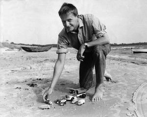 Privatpersonen Palme skildras i dokumentären, här 1967 på stranden. Foto Reportagebild / SCANPIX