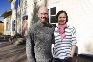 Tomas Fransson och Karin Li plockar fram den forna glansen på barnmorskans stuga.