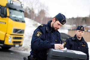 Polisen är på plats för att säkra spår. Foto: Anna-Karin Pernevill