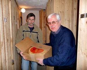 För några år sedan var Bertil Wennberg bort till Nyhammar och Göte Söderholms matkällare för att hämta osten. Här ses han tillsammans med Tommy Söderholm.