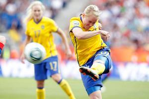 Marie Hammarström dundrar in 2-1-målet mot Frankrike.