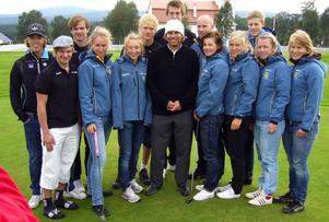 Golfproffset Gabriel Hjertstedt i vit mössa i mitten med hela utvecklingsgruppen i längdåkning. Ungdomarna fick sig en riktig golflektion på Funäsdalsfjällens GK.