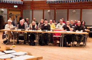 Oppositionen med ledamöterna från Moderaterna och Hoforspartiet på första raden. Folkpartiet, Centern, Folkhemmet i Hofors-Torsåker och Sverigedemokraterna sitter på bakre raden.