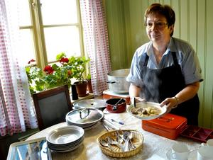 Serverat. Många värmde sig i sockenstugan där Grythyttans hembygdsförening serverade kålsoppa med frikadeller. Birgitta Granberg serverar.