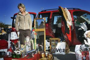 Carin Wadstedt fyllde bilen med prylar och åkte till Söderhamn. Prylarna har hon fått från kompisar. I stället för att slänga dem så kan man sälja för fem–tio kronor, så får någon nytta för en billig peng.