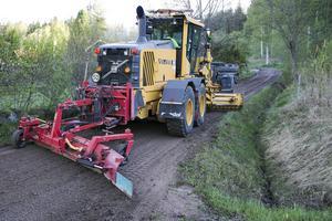 Hyvling av grusvägar tänker kommunen hjälpa de blivande väghållningsorganisationerna med.