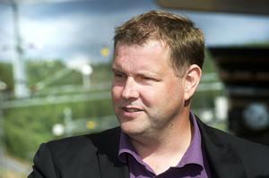 Bengt Sörlin (M), oppositionsråd i Sollefteå och landstingspolitiker, kallar S-ledaren Stefan Löfven för pucko på Facebook.