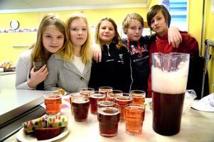Lovisa Arfs, Alexandra Karlsson, Julia Karlsson, Albin Jobs och Benjamin Shipton i klass 5 höll ställningarna i kafeterian.