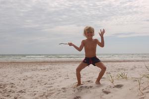 David, 5 år, njuter av härlig sandstrand och häftiga vågor på Fårö.